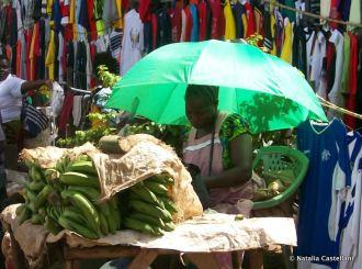 venditrice di banane, mercato di Kisumu - banana's seller, Kisumu market